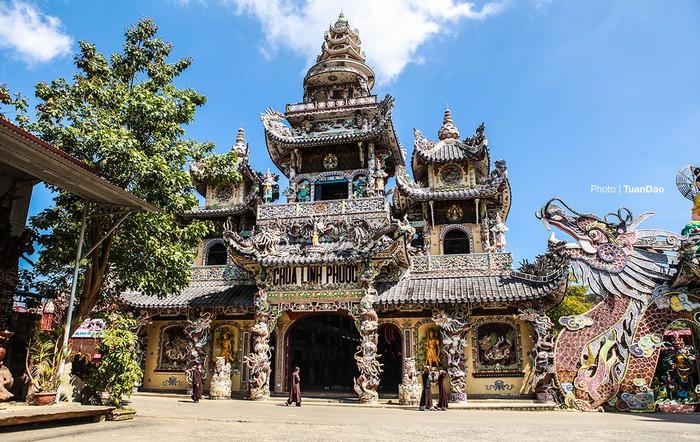 Cách TP Đà Lạt khoảng 8 km, chùa Linh Phước là một trong những điểm thu hút rất đông du khách đến tham quan vì sự cầu kỳ trong xây dựng cũng như các kỷ lục của nó.
