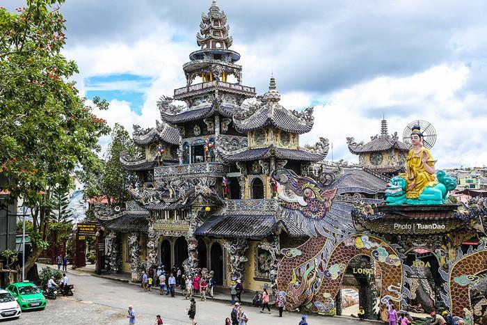 Từ trên tòa tháp, du khách có thể nhìn bao quát được hết chùa Linh Phước với vẻ đẹp bề thế.