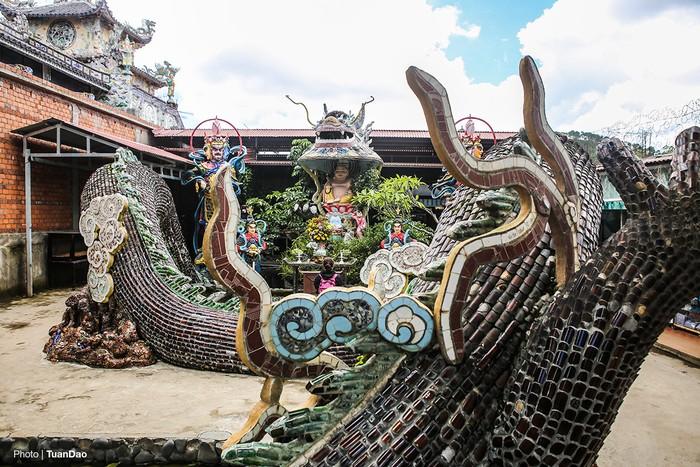 Bên phải chùa là Hoa long viên, nổi bật là con rồng dài 49 m, vây rồng được làm từ 50.000 vỏ chai bia. Miệng rồng che phủ đầu tượng phật Di Lặc.