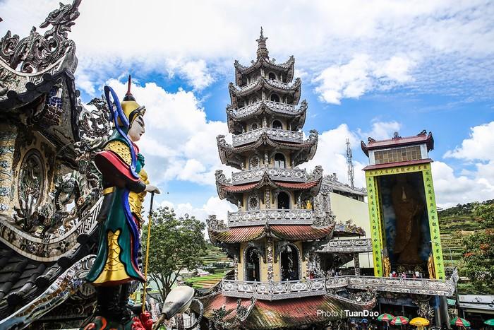 Từ chùa Linh Phước có thể nhìn rõ tòa Linh Tháp cao 7 tầng. Tòa tháp cũng được trang trí bằng các mảnh sành sứ.