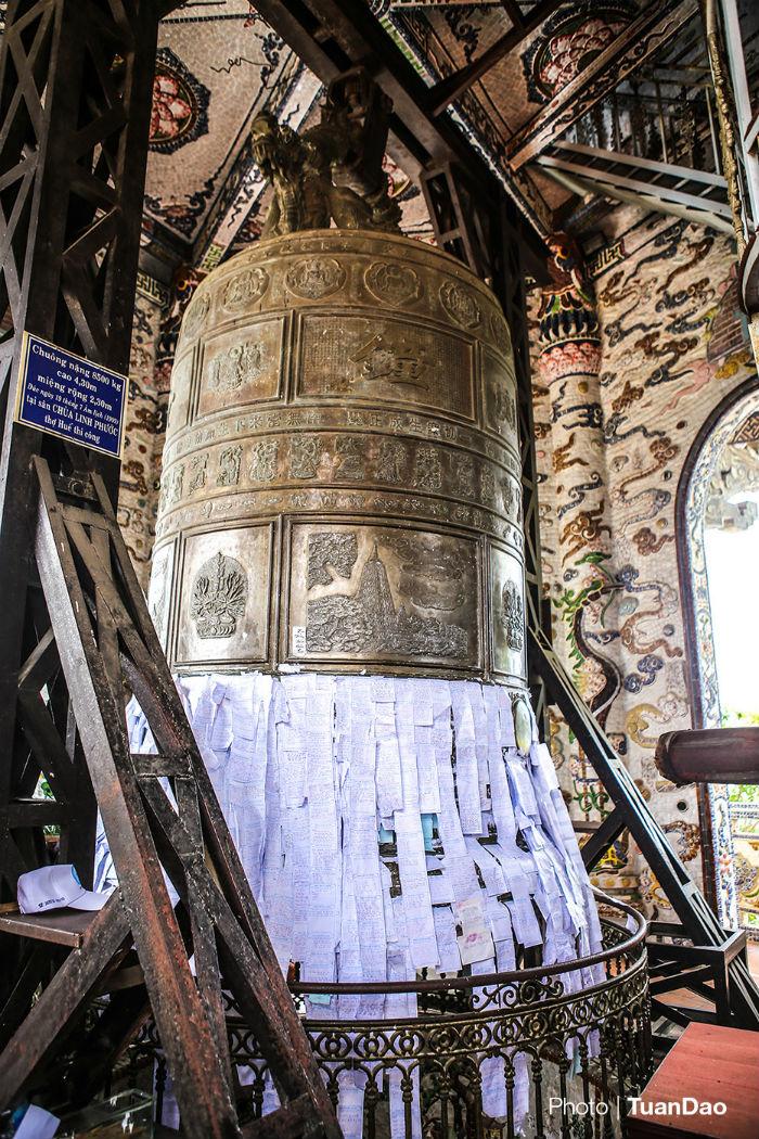 Bên trong tòa tháp có đại hồng chung nặng 8.500 tấn, được xác định là đại hồng chung lớn nhất Việt Nam