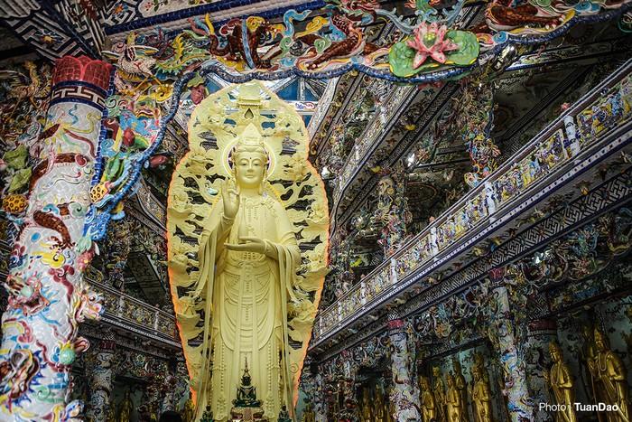 Bên cạnh tháp Linh Tự là điện thờ Quan Thế Âm Bồ Tát. Điện thờ gồm ba tầng, cũng được trang trí bằng sành sứ.
