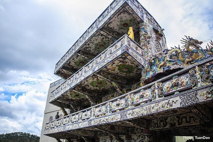Điện thờ Quan Thế Âm Bồ Tát được khảm sứ tinh xảo và nổi bật.