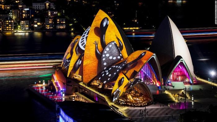 Công trình biểu tượng nổi tiếng của Australia là nhà hát Sydney Opera House trở nên sống động hơn nhờ ánh đèn màu, các hình ảnh dựa vào tác phẩm nghệ thuật của nghệ sĩ Donny Woolagoodja.