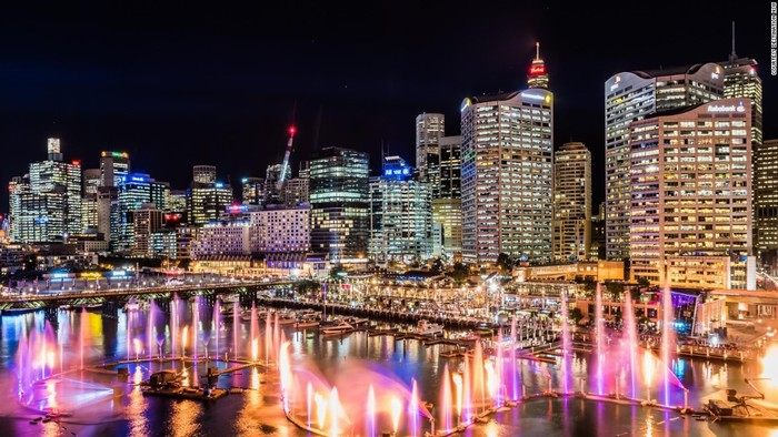 Bến cảng Darling được dàn dựng một hệ thống nhạc nước với các ống phun nước chiếu sáng laser xếp theo hình rồng. Màn biểu diễn nghệ thuật này sẽ diễn ra vào 18h - 23h các tối (cứ 30 phút lại bắt đầu).
