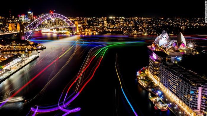 Bến cảng Cicular Quay cũng được thắp sáng suốt đêm mở màn lễ hội vào 27/5.