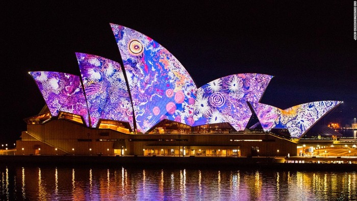Nghệ sĩ Gabriella Possum Nungurrayi đã biến hóa các cánh buồm của nhà hát Sydney Opera House, thành một phần trong triển lãm Songlines thể hiện những tác phẩm nghệ thuật đương đại.
