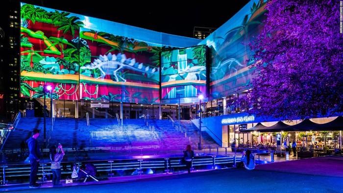 Buổi trình diễn ánh sáng màu khác được tổ chức ở The Concourse, Chatswood tạo cho người xem cảm giác đang ngắm nhìn các sinh vật cổ xưa.