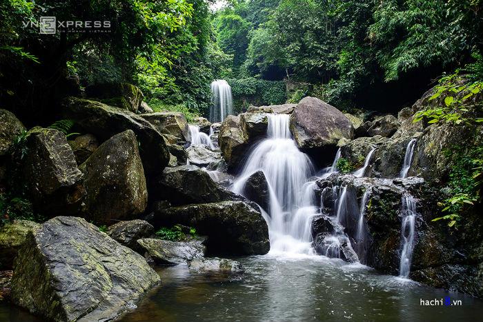 Khoang Xanh nằm ở sườn phía đông củanúi Ba Vì, trong một khu vực córừng nguyên sinh, cách thủ đôHà Nộikhoảng 60km về phía tây bắc, gầnSơn Tây