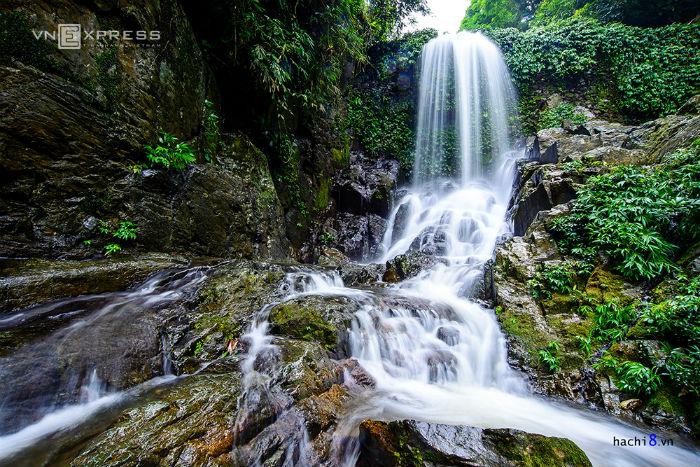 Nằm trong quần thể vườn quốc gia Ba Vì với cảnh quan thơ mộng, hữu tình, Khoang Xanh có nhiều khoảng rừng nguyên sinh và có trên 2kmsuốitự nhiên.