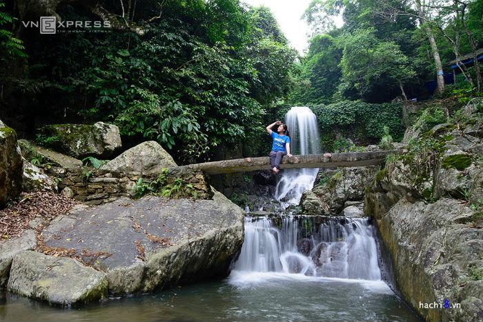 Du khách khá thích thú với những chiếc cầu giả gỗ nhỏ bé nằm giữa khung cảnh thiên nhiên. Tất cả tạo thành bối cảnh đẹp cho bạn những bức hình ưng ý.