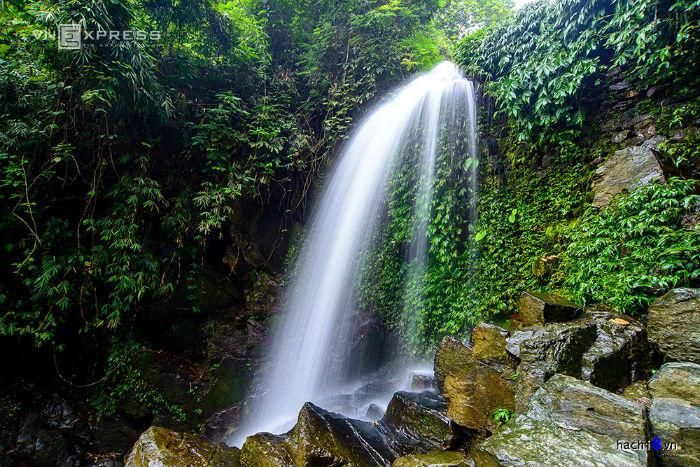 Mùa hè đến, những dòng thác đẹp như thác Mơ, thác Hoa, thác Tràn, thác Mâm Xôi… ngày đêm đổ xuống từ trên núi tạo ra những âm thanh du dương.