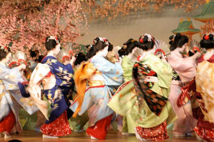 Các geisha cũng phục vụ và giải trí cho cả nữ giới, chứ không khép kín trong các khách là đàn ông hay các chính trị gia, doanh nhân.