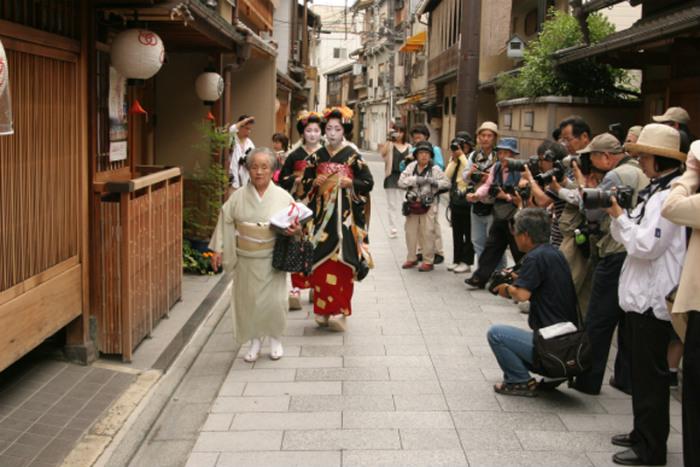 Geisha không chỉ gợi lên sự bí ẩn, mà họ còn được đối xử như những người nổi tiếng ở Nhật. Không phải ai cũng có cơ hội được xem họ biểu diễn, trừ khi là các chính khách, thương gia giàu có