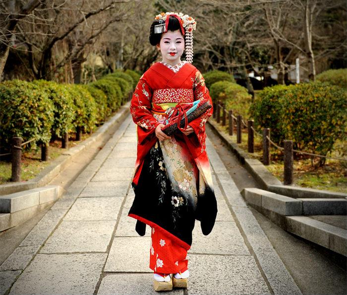 Đã bao giờ bạn thắc mắc vì sao geisha trang điểm với gương mặt trắng? Các màu sắc trang điểm chủ đạo của họ là trắng, đen, đỏ - những màu tạo hiệu ứng đẹp dưới ánh sáng của nến. Các geisha trẻ thường ưa chuộng quần áo sáng màu. Họ càng trẻ, càng thích mặc những màu nổi bật như đỏ.
