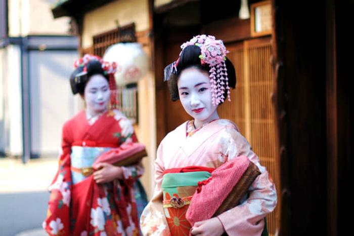 Các cô gái muốn trở thành geisha đều phải nghỉ học, và đến học ở nơi đào tạo geisha chuyên nghiệp.