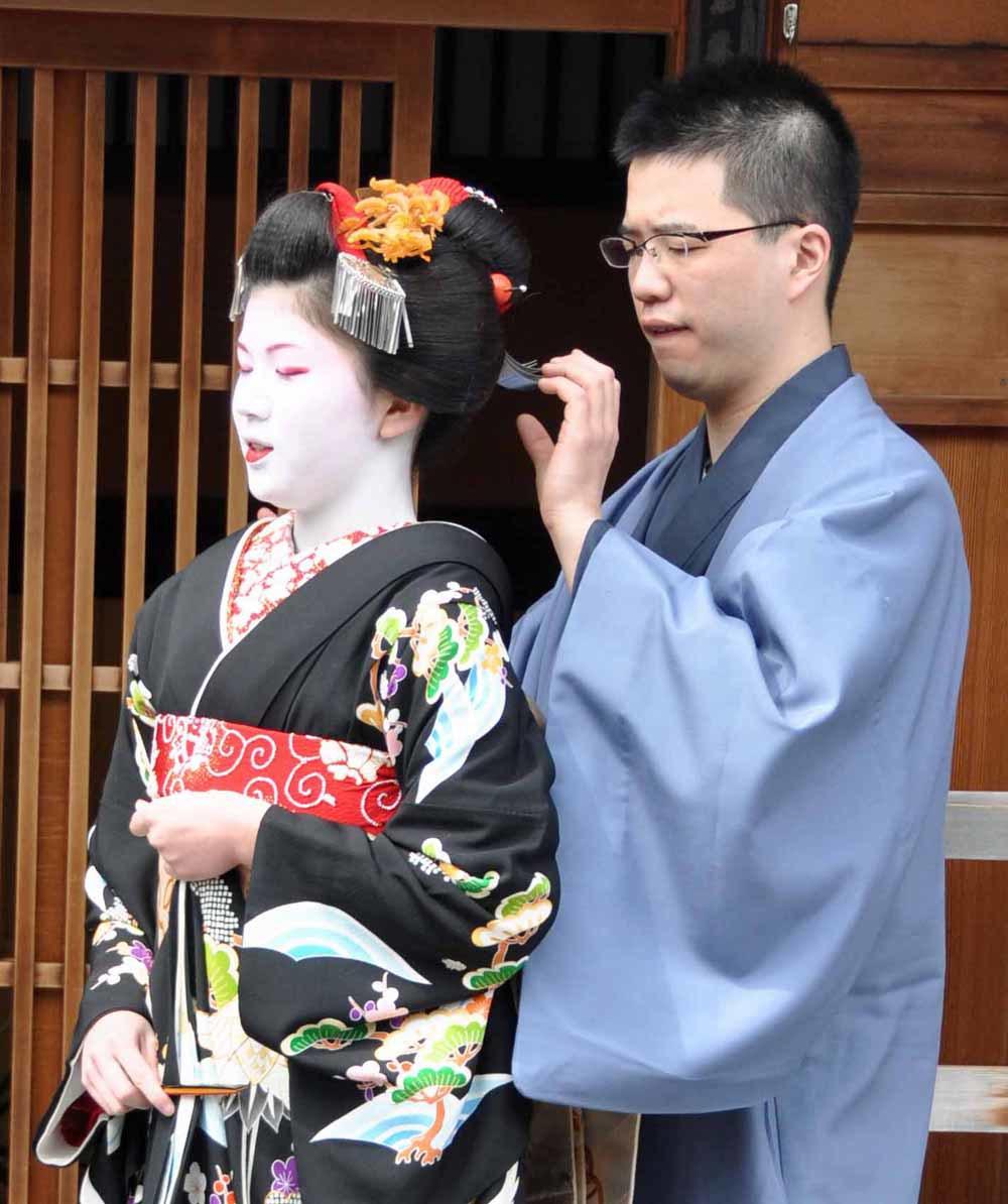 Nhiều du khách cho biết họ khá bất ngờ khi người giúp đỡ các geisha mặc kimono (thường gọi là otokoshi) là đàn ông.