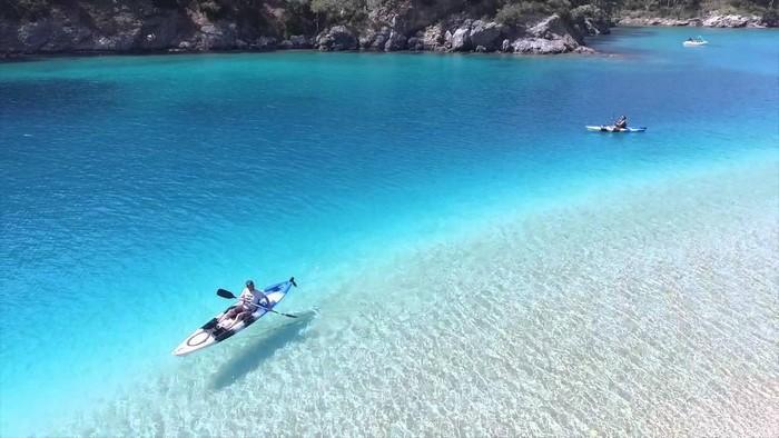 Chèo thuyền kayak trên làn nước êm đềm tựa như không khí