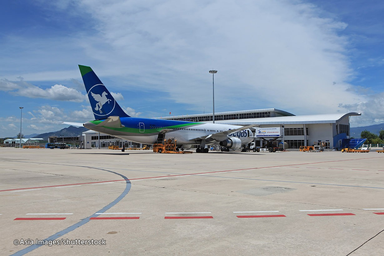 Bạn có thể đi máy bay tới Cam Ranh rồi di chuyển về thành phố Nha Trang