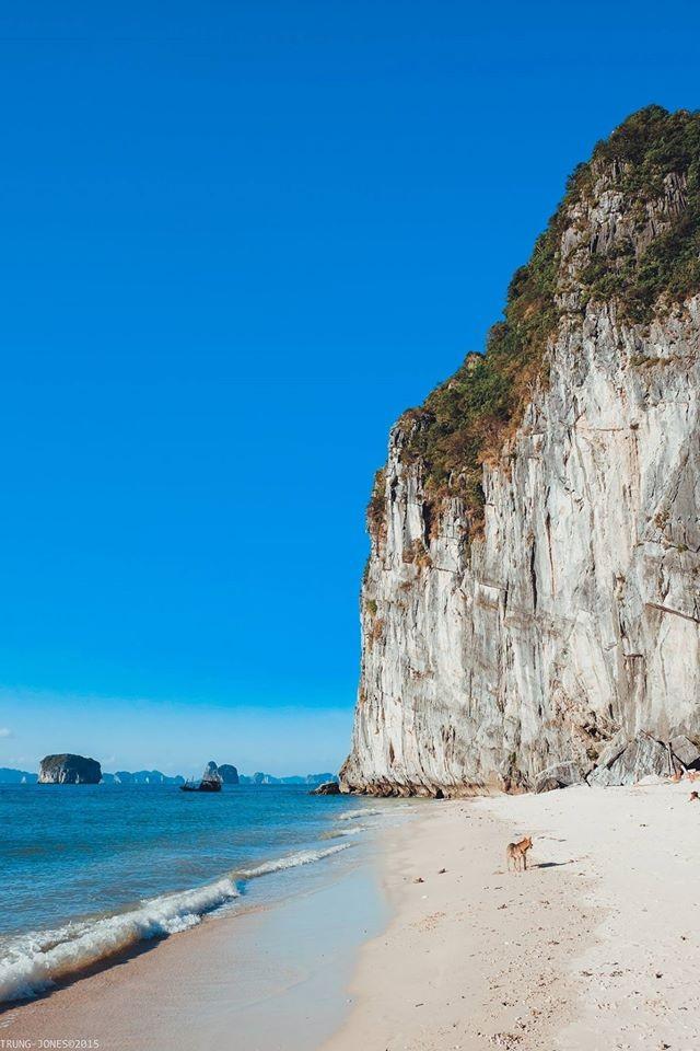 Nước trong xanh ôm ấp bãi cát trắng