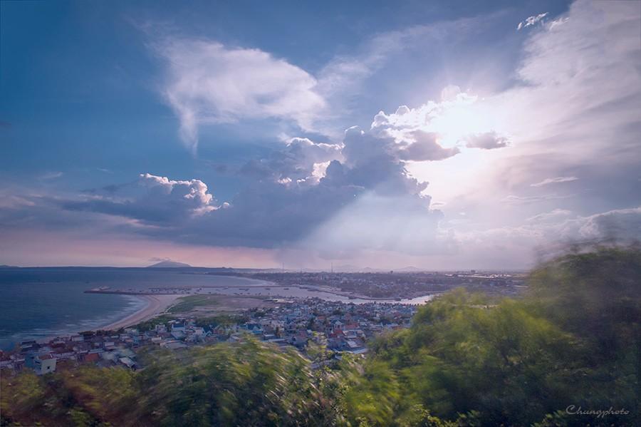 Rồi ôm trọn cả thành phố Phan Thiết bình yên nằm trong thung lũng lớn