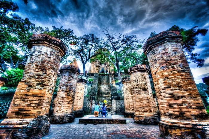 Tháp Bà Ponagar lại khiến người ta chìm đắm trong một không gian đầy vẻ tâm linh