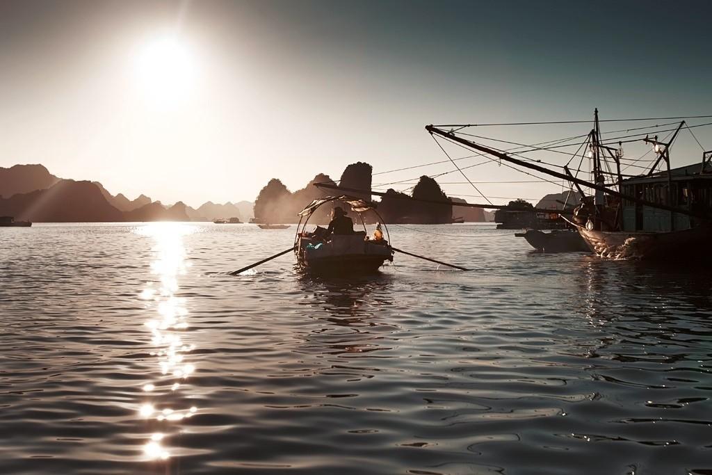 Ngư dân làng chài gắn liền với nghề đánh cá suốt mấy mươi năm cuộc đời