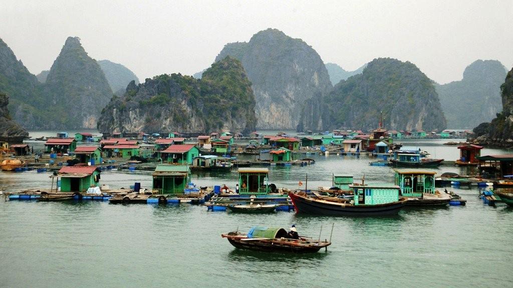 Những ngôi nhà bè dập dềnh, lênh đênh giữa vùng vịnh Hạ Long