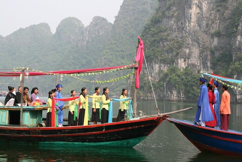 Hát đám cưới trên thuyền - một trong những nét văn hóa làng chài độc đáo