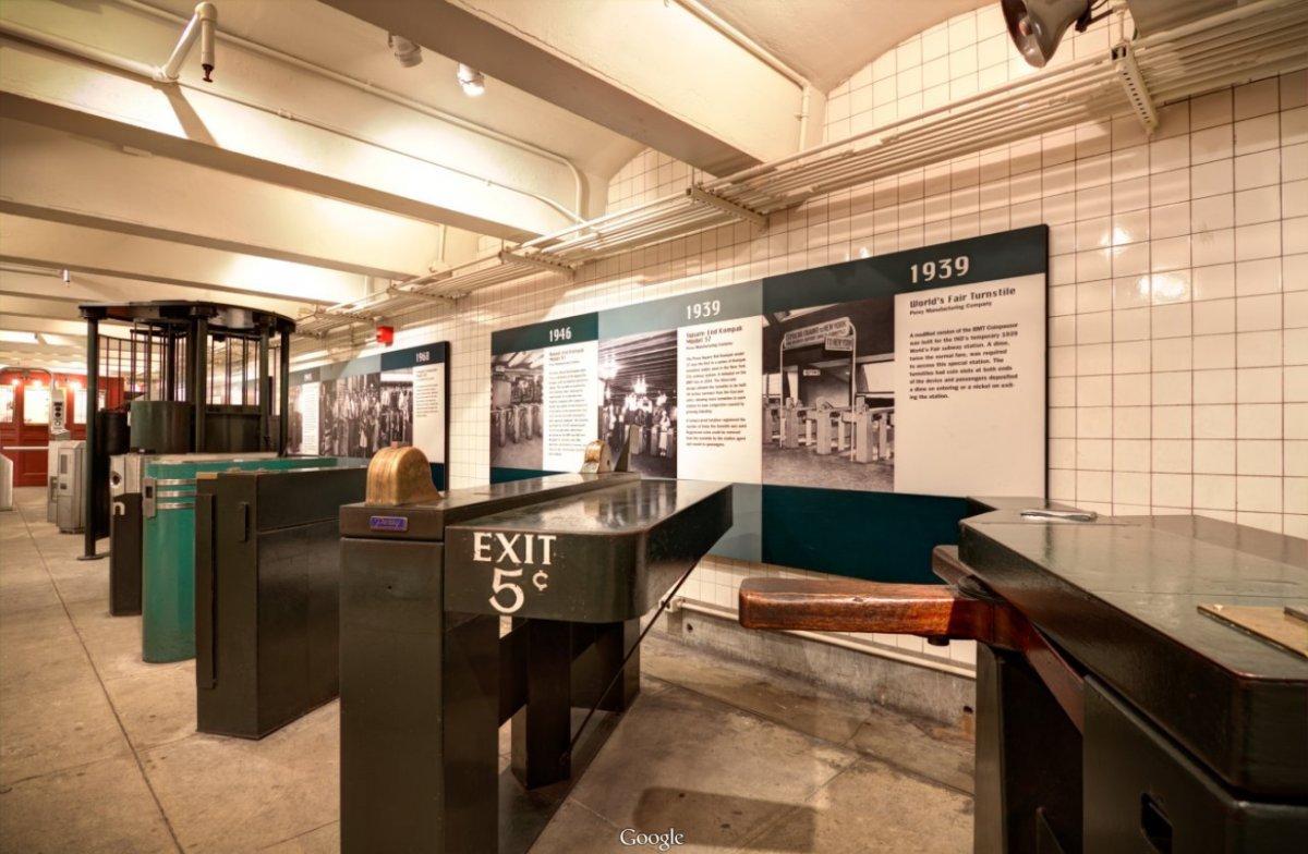 Hành trình bắt đầu từ những cửa quay làm bằng gỗ, nơi đưa khách vào nhà ga.