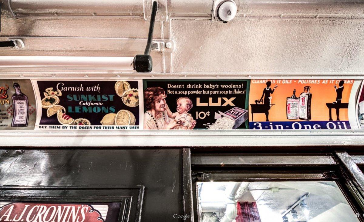 Bên trong các toa tàu điện ngầm còn được trang trí bằng nhiều tranh ảnh quảng cáo có từ đầu năm 1900.