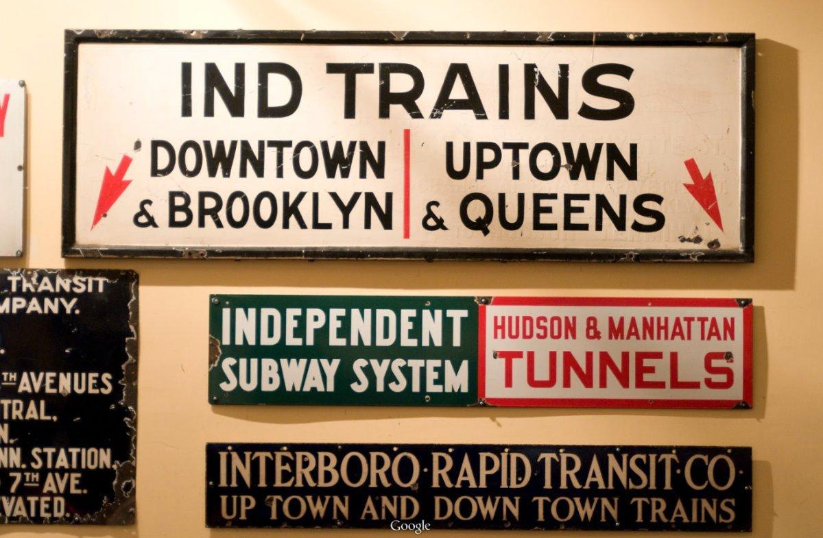 Các tấm biển chỉ dẫn hướng đi không giống với hiện nay, tuy nhiên chúng vẫn mang cùng một nội dung, chỉ khác loại font chữ.