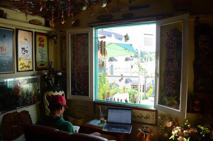 Trong quán có một góc ngồi trước ô cửa sổ được nhiều người ưa thích. Từ đây phóng tầm mắt ra bên ngoài sẽ là khoảng trời rộng thoáng với những dãy nhà lồng liên tiếp hay ngọn núi hùng vĩ.