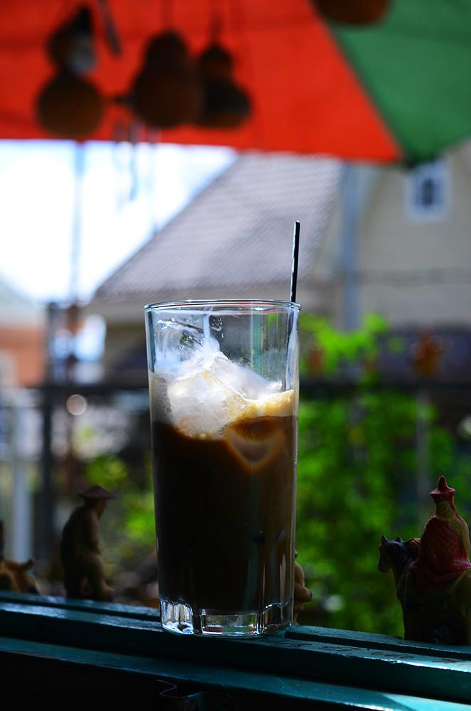 Quán phục vụ cà phê và các loại nước giải khát phổ biến với giá trung bình 20.000 đồng.