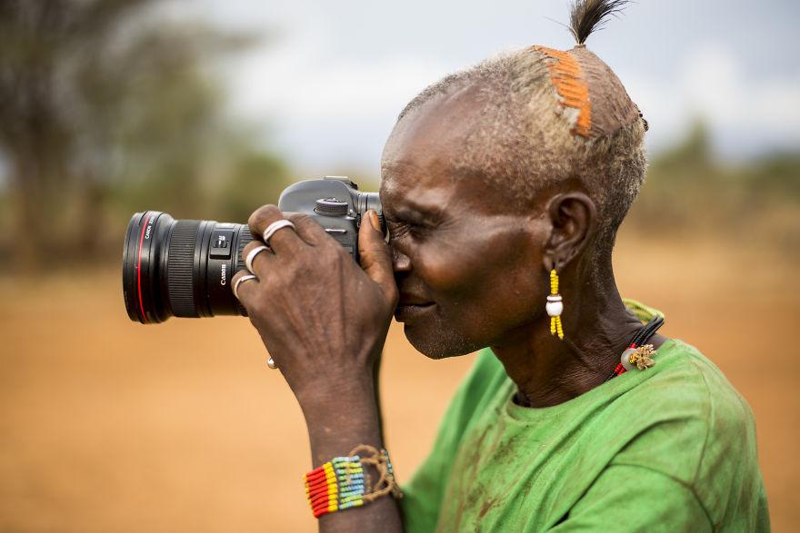 Tộc trưởng Hamar tò mò về chiếc máy ảnh của nhiếp ảnh gia Massimo Rumi.