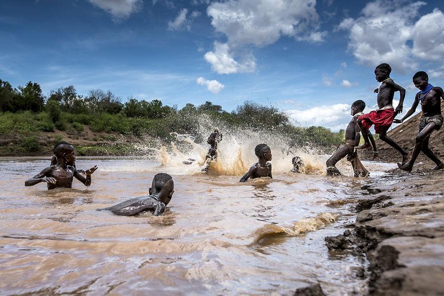 Dòng sông Omo là nguồn sống quý giá của người dân Karo. Những đứa trẻ Karo đang vui đùa và tắm dưới sông Omo.