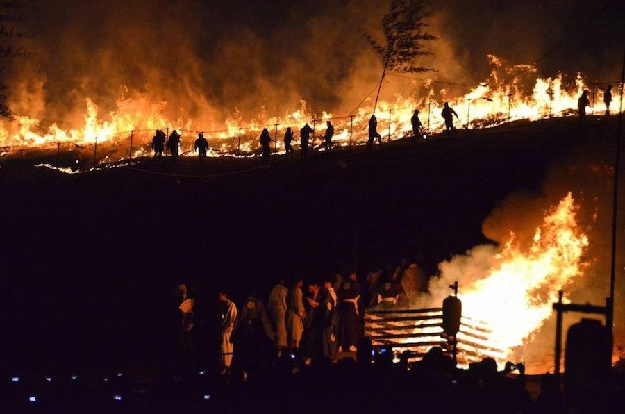 Đúng 18 giờ, lễ hội khai mạc với màn bắn pháo hoa rực rỡ và khi kết thúc cũng là lúc nghi thức đốt núi bắt đầu.