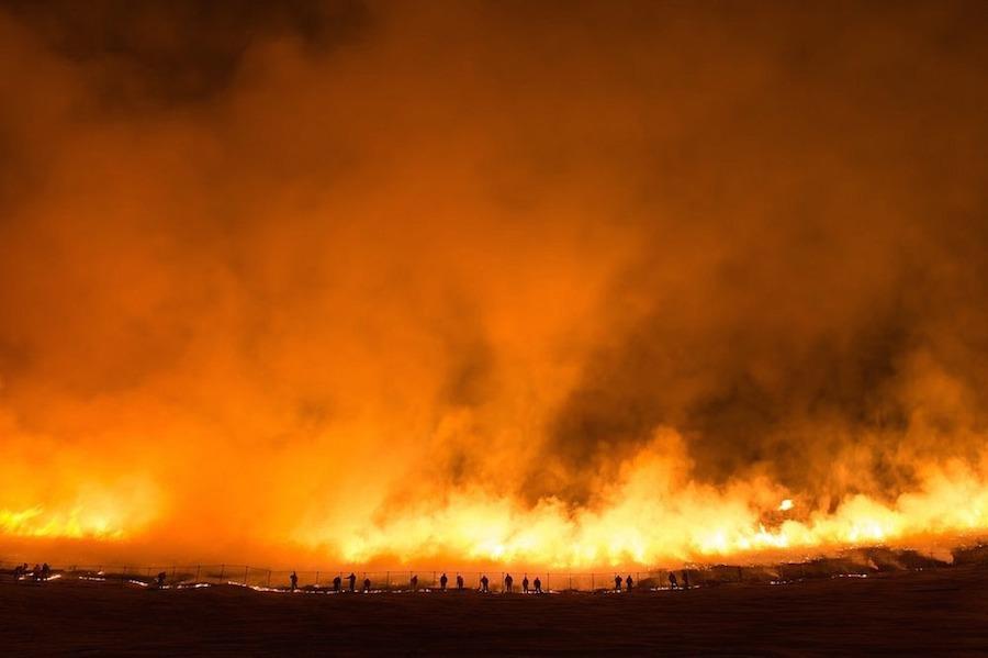 Quá trình đốt có thể kéo dài từ 30 phút đến một tiếng tùy thuộc vào mức độ cỏ khô đến đâu