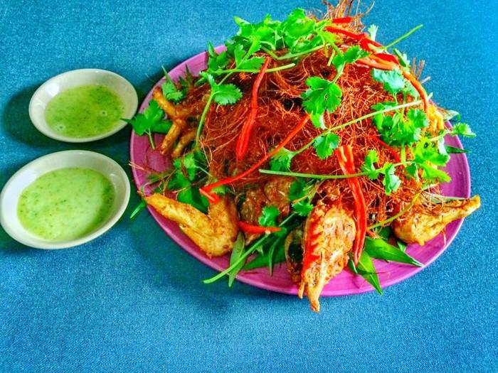 Gà núp rơm - món đặc sản được đông đảo du khách ưa chuộng
