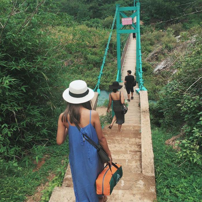 Đi qua 2 cây cầu treo nối giữa 2 khu vực thác Dray Nur, Dray Sap