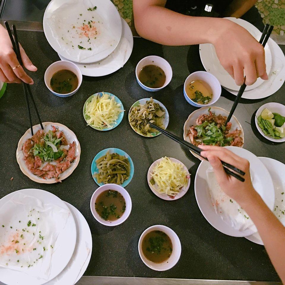 Thử món bánh ướt thịt nướng thần thánh ở Trần Nhật Duật