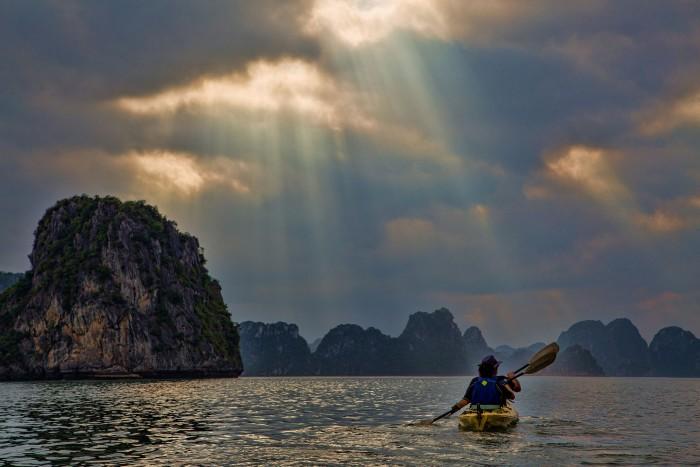 Du khách trải nghiệm chèo kayak khám phá vẻ đẹp cận cảnh của tuyệt tác thiên nhiên vịnh Hạ Long