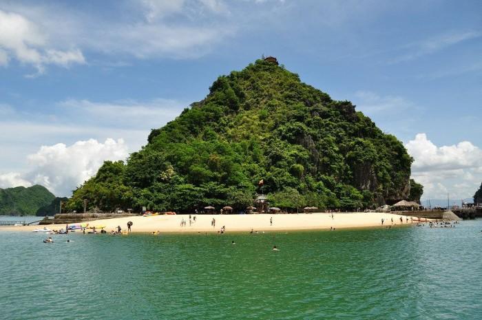 Hay bãi tắm Titop nhỏ bé nhưng cách xa thế giới bên ngoài