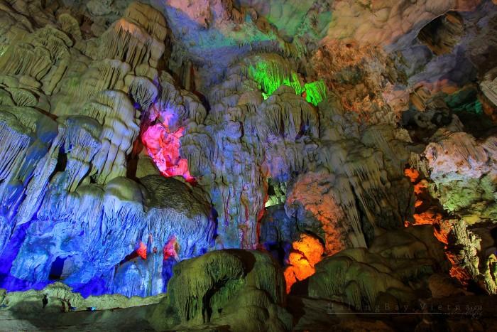 Hạ Long còn sở hữu một hệ thống hang động lỗng lẫy sắc màu