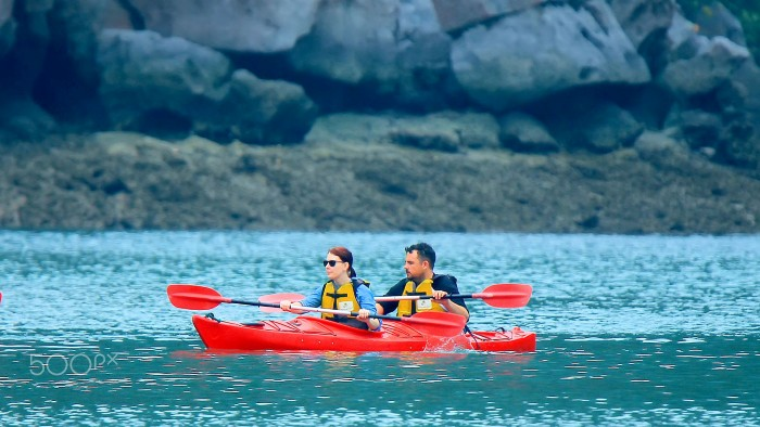 Nhiều người lại tự tay chèo thuyền Kayak để thăm thú muôn nơi