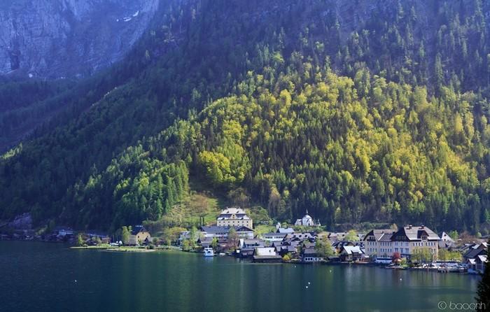 Bao quanh bởi núi, sông nước và mây trời