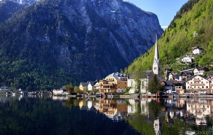 Chênh vênh bên sườn núi và soi bóng dưới mặt hồ
