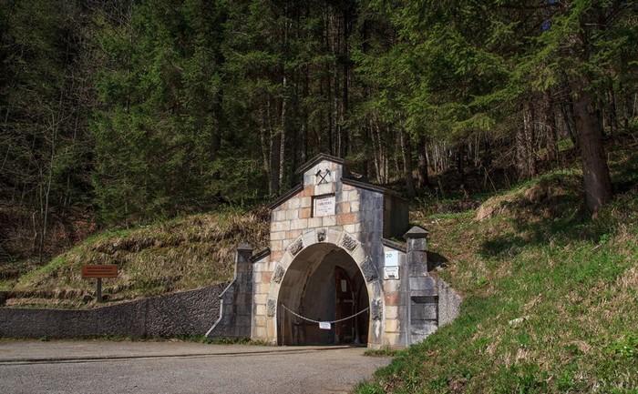 Cổng vào hầm muối lâu đời nhất thế giới