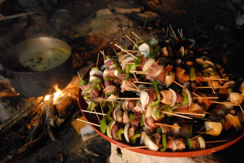 Thưởng thức món ăn ngon - Ảnh: FB Khu du lịch sinh thái bầu nước sôi Thác mai - Định Quán - Đồng nai
