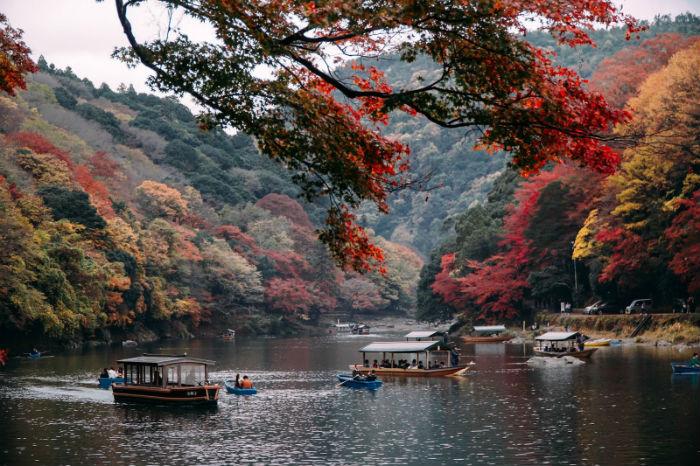 Ngoạn cảnh trên thuyền giữa mùa thu đầy mê hoặc - Ảnh: Lê Nhâm Quý